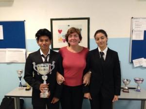 Da sinistra verso destra, Alejandro, primo classificato al concorso, la Dirigente Scolastica, dott.ssa Maria Torre e Leila Maklouf, l'altra partecipante.